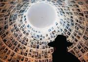 Ein jüdischer Besucher betrachtet in der Halle in der Gedenkstätte Yad Vashem Namen und Porträts von Holocaustopfern. (Bild: ap/Sebastian Scheiner)