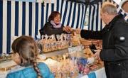 Ursula Martin verkauft Leckereien wie Magenbrot und Caramels am Herbstmarkt in Weinfelden. (Bild: Sabrina Bächi)