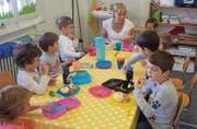 Lindenhof-Spielgruppenleiterin Esther Scherrer zwischen den Kindern der Dienstagsgruppe aus fünf verschiedenen Nationen. (Bild: Chris Gilb)