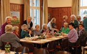 Zur Jubiläumsfeier sind besonders viele Güttinger an den Mittagstisch gekommen. (Bild: Hana Mauder Wick)