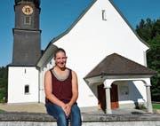 Auszeit vom hektischen Arbeitsalltag: Katja Moser posiert vor der Kirche in Au. (Bild: Christoph Heer)