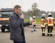 Gemeinderat Marcel Zwick dankt den Feuerwehrleuten für ihren Einsatz zum Schutz der Bevölkerung. (Bild: Vroni Krucker)