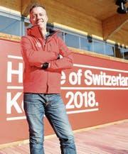 Direktor Manuel Salchli vor dem House of Switzerland. Am Mittwoch öffnet es seine Türen. (Bild: Andreas Eisenring)