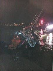 Vor dem Arboner Schlosshafen gelang es, die herangeschleppte Yacht wieder aufzurichten. (Bild: pd)