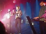 Crimers Gesang und Musik versetzt das Publikum in eine Disco der 80er-Jahre. (Bild: Miriam Cadosch)