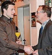 Gemeindepräsident Walter Schönholzer (r.) begrüsst beim Apéro einen Einwohner. (Bild: Georg Stelzner)