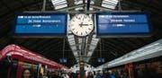 Lückenhafte Information: LCD-Anzeigen am St. Galler Hauptbahnhof. (Bild: Benjamin Manser)