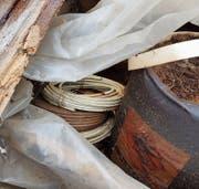 Sprengmittel und Sicherheitsanzünder: In einem eingestürzten Stall in Sax nach dem Sturm «Burglind» gefunden. (Bild: Kantonspolizei)