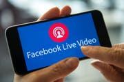 Immer öfter werden gewalttätige Inhalte per Video oder Livestream auf Facebook hochgeladen. (Bild: A4796/_SILAS STEIN (DPA dpa)/Symbolbild)