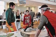 Aadorfer Sekschüler informieren sich über den Beruf des Forstwartes. An der Tischmesse im Gemeindezentrum stehen 50 verschiedene Berufsfelder zur Auswahl. (Bild: Sandra Grünenfelder)