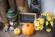 Einladend: Eine Willkommenstafel inmitten herbstlicher Dekoration vor dem Hauseingang. (Bild: Urs Jaudas)