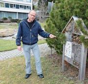 Andres Scholl, Leiter Fachstelle Natur und Landschaft, mit dem guten Beispiel eines Wildbienenhauses beim Spital Herisau. (Bild: KER)