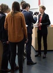 Justizministerin Simonetta Sommaruga steht zum Auftakt der Abstimmungskampagne Journalisten Red und Antwort. (Bild: Peter Klaunzer/Keystone (Bern, 12. März 2018))