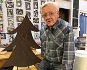 Walter Schnetzler mit dem speziell angefertigten Ehrenoskar. (Bild: PD)
