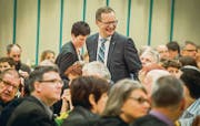 Sie haben gut lachen: Der frisch gewählte Regierungsrat Walter Schönholzer und seine Gattin Anna bahnen sich den Weg durch die Menge. (Bild: Reto Martin)