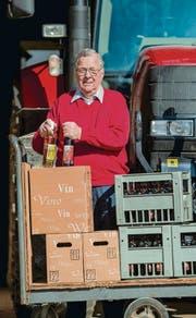 Auch heute noch fleissig: Hans Uhlmann liefert Wein vom eigenen Rebberg aus. (Bild: Reto Martin)