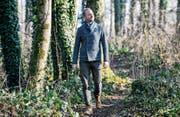 Michael Kessler findet in der Natur Inspiration zum Glück. Sein Kurs findet deshalb in der Waldschule in Weinfelden statt. (Bild: Donato Caspari)