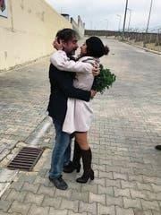 Deniz Yücel umarmt nach der Freilassung seine Frau Dilek. (Bild: Veysel Ok)