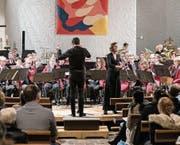 Die Stadtmusik und Gastsolistin Marietta Bosshart spielten erstmals unter der Leitung von Dirigent Gabriel Mayer Hétu. (Bild: PD)