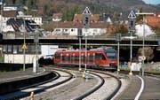 Ein Zug verlässt den Bahnhof Waldshut in Richtung Basel. Oberleitungen fehlen, die Strecke ist nicht elektrifiziert. (Bild: Sebastian Keller)
