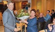 Genossenschaftspräsident Ernst Bosshard bedankt sich bei Erna Gerlach für ihre 25jährige Treue zum Parkbad. (Bild: Christoph Heer)