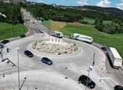 Realisiert: Im Oktober 2016 wurde das neue Verkehrsregime mit den neuen Doppelkreiseln bei der Autobahnzufahrt Wil in Betrieb genommen und dem Verkehr übergeben. Im Bild der Wilfeldkreisel. (Bild: Hans Suter)