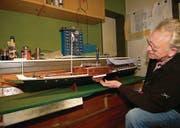 Leidenschaft: Bis ins letzte Detail baut Frank Rheiner in Friedrichshafen ein Modell des Dampfschiffs Jura nach. (Bild: Stefan Borkert)