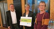 Lions-Activity-Delegierter Albert Bargetzi mit den Check-Empfängerinnen Beatrice Nägeli und Katrin Schlaginhaufen. (Bild: pd/Manuela Bargetzi)