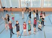 Die Drittklässler aus Niederteufen während der Tanzprobe mit Maturandin Daria Höhener. (Bilder: rh)