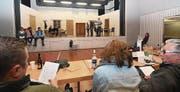 Die Akteure des Kolpingtheaters proben bereits auf der Bühne im Sonnenberg. (Bild: Manuel Nagel)