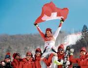 Wendy Holdener feiert ihre Silbermedaille. «Ich bin mehr als glücklich darüber», sagt sie. (Bild: Jean-Christophe Bott/Keystone)