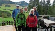 Die verregneten, aber gut gelaunten Wanderer des Vereins Appenzeller Wanderwege auf der Osteregg. (Bild: PD)