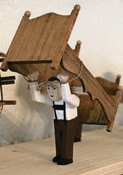 Alles handgemacht: Die Figuren schnitzte Eugen Imholz aus Lindenholz, die Textilien nähte seine Frau. (Bilder: Raffaela Arnold)
