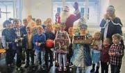 Kinder freuen sich über Geschenke an der russischen Weihnachtsfeier. (Bild: pd)