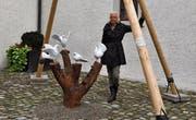 Elisabeth Gnehm hat die Pyramide im Schlosshof mit Tauben verziert. (Bild: Ralf Rüthemann)