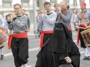 Verschleierte Frau in Genf: Der Nationalrat will solche Szenen auf Schweizer Strassen künftig verbieten.(Symbolbild) (Bild: MARTIAL TREZZINI (KEYSTONE))