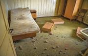 In den Zimmern stehen immer noch Betten, Stühle und Schränke. (Bilder: Andrea Stalder)