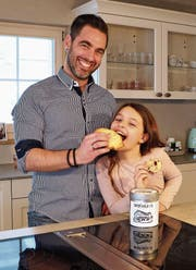 Michael Götsch und Tochter Leandra testen ihre Cookies gleich selbst. (Bild: Hannelore Bruderer)