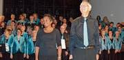 Dirigentin Jeannine Egli, Gesamtleiter Walter Gysel und der Chor nehmen den Applaus nach dem Konzert entgegen. (Bild: Sereina Meienhofer)