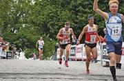 Im Halbfinal des Sprints schaffte es Martin Hubmann (5) einige Zehntelsekunden vor seinem Bruder Daniel (2) ins Ziel. (Bild: pd)