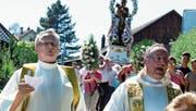Don Leo (Pfarrer Schenker) und Don Giorgio singen an der Prozession. Hinter ihnen folgt die Statue des heiligen Antonius. (Bild: Rudolf Steiner)