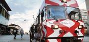 Halt am Bahnhof Frauenfeld: Durch ihre rot-weisse Farbe fällt die Frauenfeld-Wil-Bahn sofort auf. (Bild: Nana do Carmo)