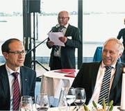HEV-Präsident Edgar Lona begrüsst 260 Mitglieder und Gäste, unter ihnen Marc Mächler (links), neuer Regierungsrat, und Kantonsrat Andreas Hartmann, neuer Präsident des kantonalen Gewerbeverbandes. (Bild: Fritz Bichsel)