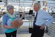 Hobbynäherin Claire Schindler erklärt Bernina-Inhaber Hanspeter Ueltschi in der Montagehalle, wie die Herzkissen funktionieren. (Bild: Nana do Carmo)