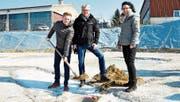 Marc Frei von der Bauherrschaft, Bauleiter Thomas Kaczmarek und Architektin Yvette Schalch. (Bild: Sabrina Bächi)