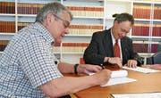Jakob Rhyner (links), Verwaltungsratspräsident der Bergbahnen Wildhaus AG, und Notar Roger Lippuner haben gestern Donnerstag die dritte Tranche der Aktienkapitalerhöhung liberiert. (Bild: PD)