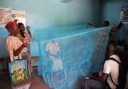 Moskitonetze sind ein wirksamer Schutz gegen Malaria: Demonstration eines Netzes in der kenianischen Hauptstadt Nairobi. (Bild: Wendy Stone/Getty)