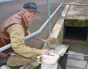 Klärmeister Roland Rieser kontrolliert die Ausstiegshilfe auf Amphibien. (Bild: Margrith Pfister-Kübler)