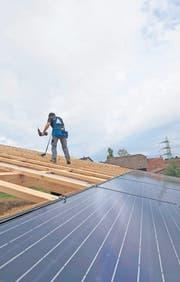 Montage einer Photovoltaikanlage auf einer Scheune in Mörschwil im Jahr 2011. (Bild: Ralph Ribi)
