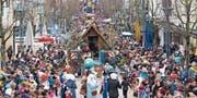 Der Festzug mit Umzugstruppen und Guggenmusiken schlängelte sich durch die Obere Bahnhofstrasse hindurch an tausenden von begeisterten Zuschauern vorbei. (Bilder: Jörg Roth)